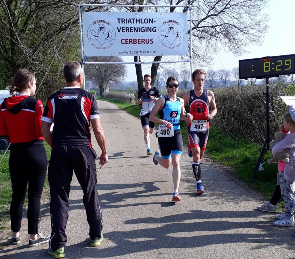 Imme Lammertink passeert als zesde na de eerste loopronde in gezelschap van Robert de Vries (foto: Saskia de Vries)