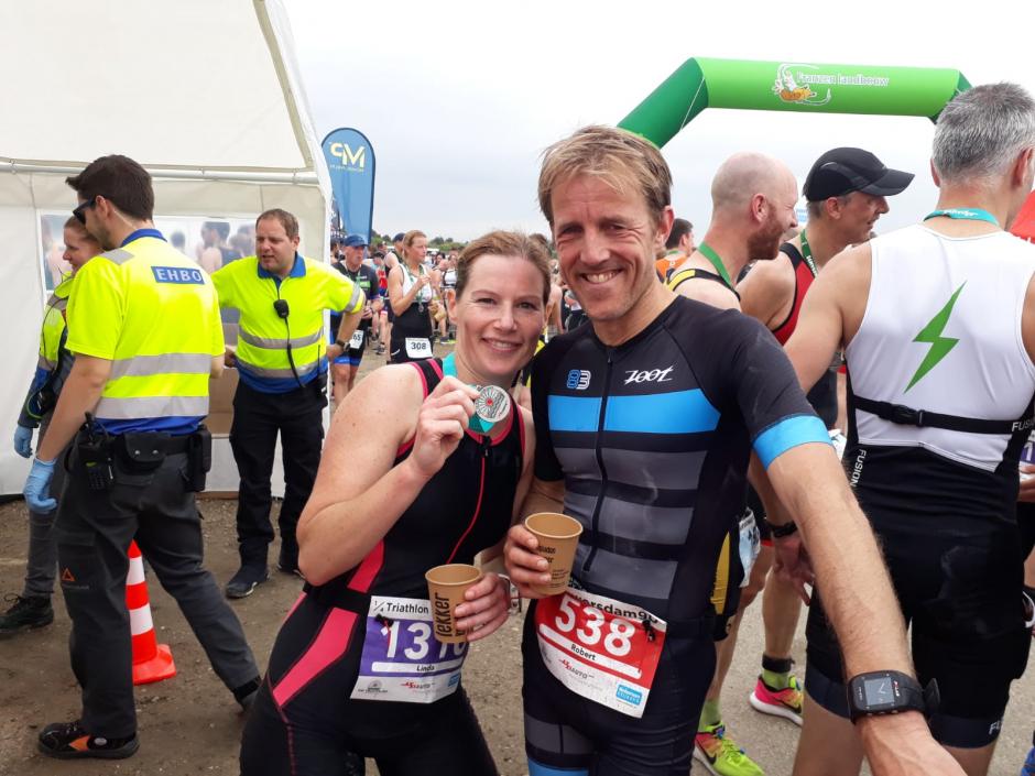 Robert de Vries en sportmaatje Linda op de Brouwersdam