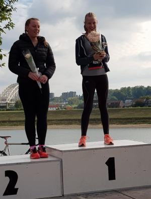 Birgit op het podium met de prijs voor zus Dagmar Schouteten (Tri Nijmegen)